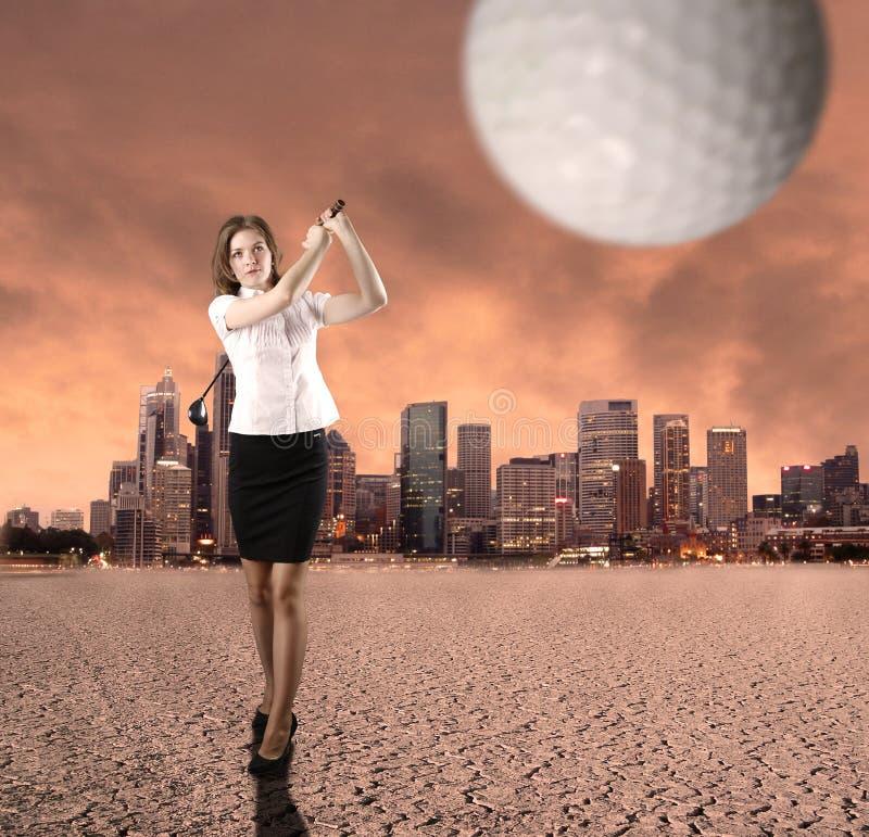 Giovane donna di affari che gioca golf fotografia stock libera da diritti