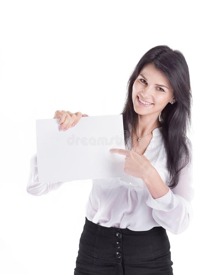 Giovane donna di affari che indica pezzo di carta in bianco fotografie stock libere da diritti