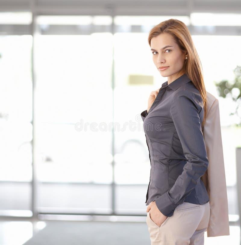 Giovane donna di affari che lascia ufficio immagini stock libere da diritti