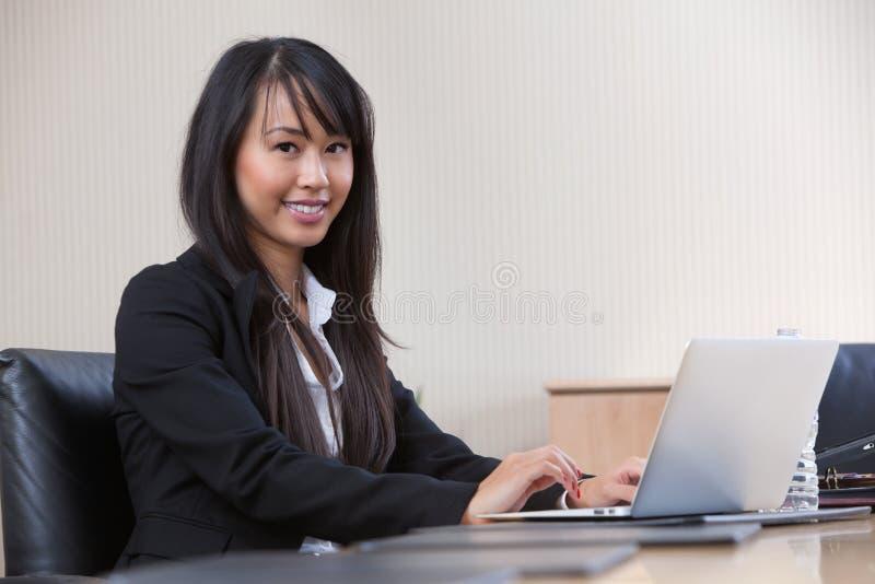 Giovane donna di affari che lavora al computer portatile fotografie stock