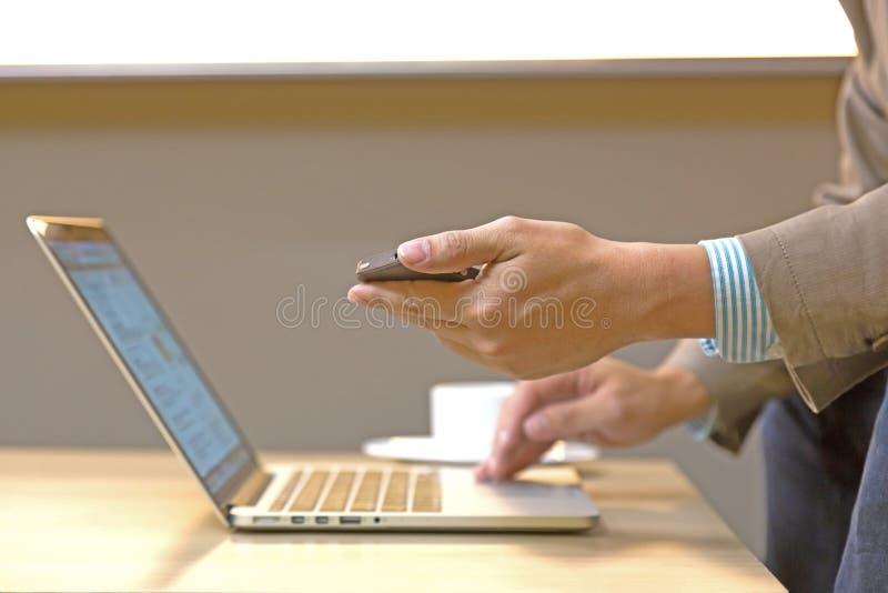 Giovane donna di affari che lavora con i dispositivi moderni, compressa digitale immagine stock libera da diritti