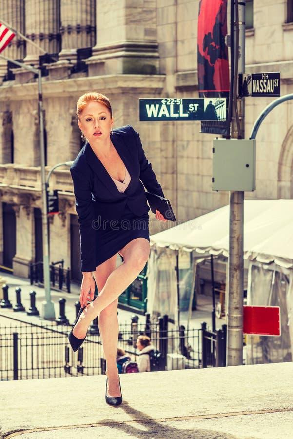 Giovane donna di affari che lavora a New York fotografia stock