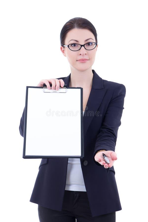 Giovane donna di affari che mostra lavagna per appunti in bianco vuota e che dà pe fotografia stock