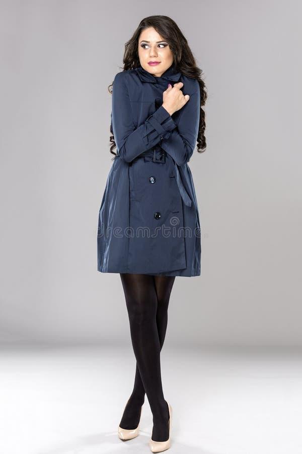 Giovane donna di affari che ritiene freezy fotografie stock