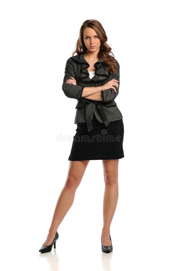 Giovane donna di affari che si leva in piedi con le braccia attraversate immagini stock libere da diritti