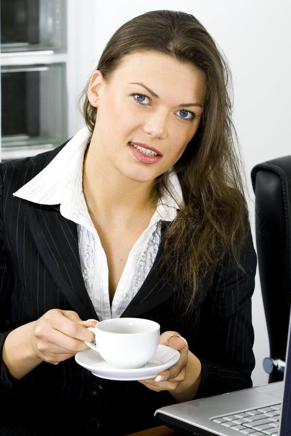 Giovane donna di affari che smilling fotografie stock libere da diritti