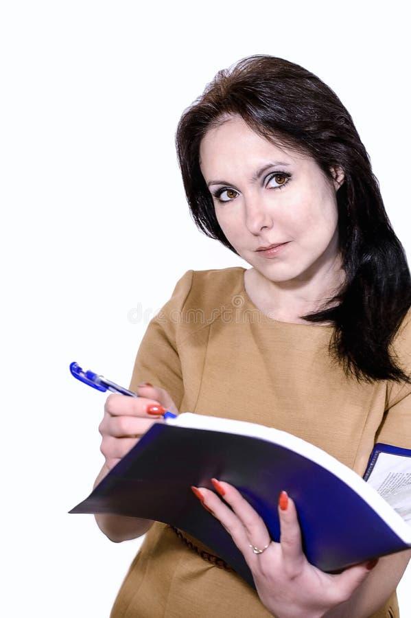 Giovane donna di affari che sorride con una cartella delle carte in mani immagini stock