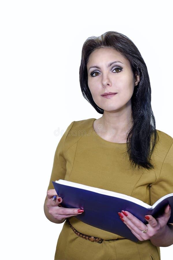 Giovane donna di affari che sorride con una cartella delle carte in mani immagine stock libera da diritti