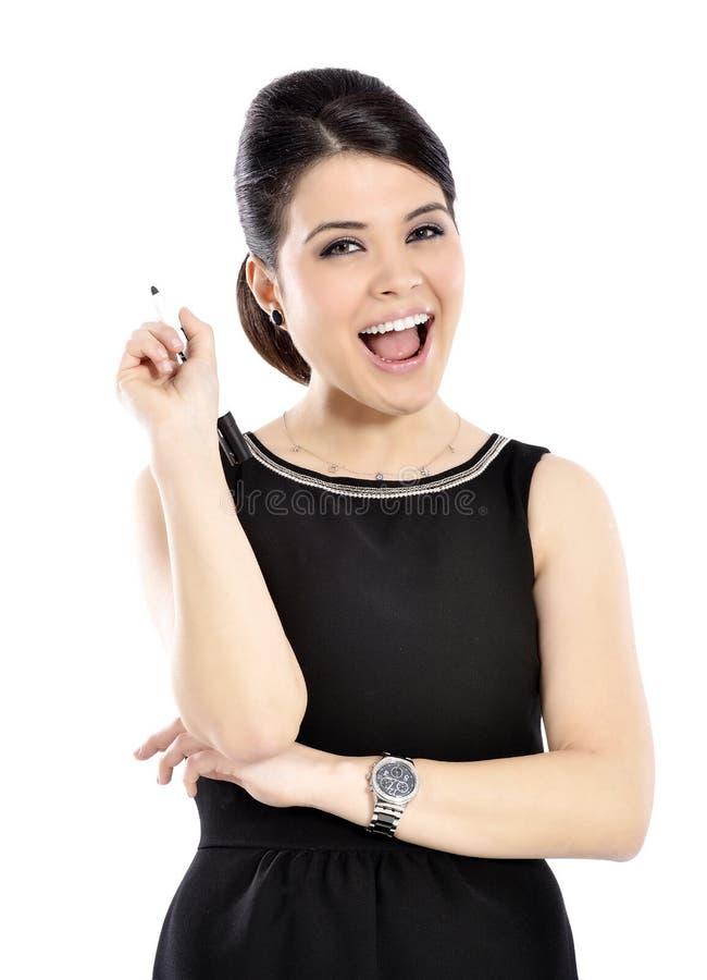 Giovane donna di affari che sorride tenendo una penna fotografia stock
