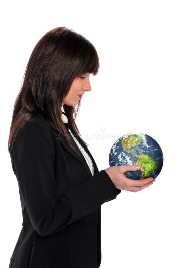 Giovane donna di affari che tiene la terra immagine stock