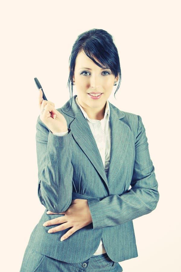 Giovane donna di affari che tiene una penna fotografia stock libera da diritti