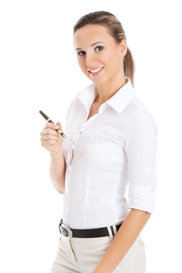 Giovane donna di affari che tiene una penna. immagine stock libera da diritti