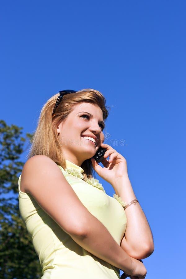 Giovane donna di affari che usando mobile fotografia stock libera da diritti