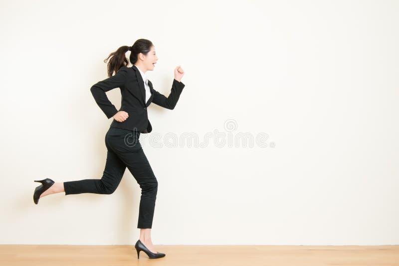 Giovane donna di affari con funzionamento sul fondo bianco illustrazione vettoriale