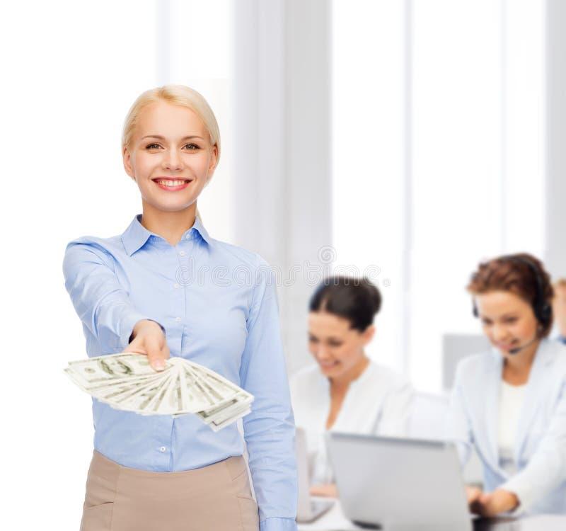 Giovane donna di affari con il denaro contante del dollaro immagine stock