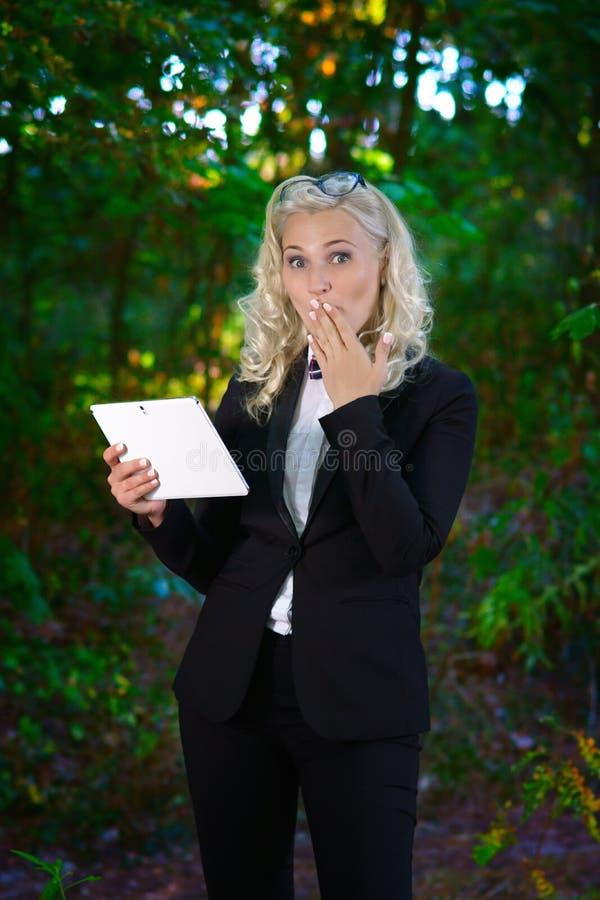 Giovane donna di affari con la compressa di Digital fotografia stock
