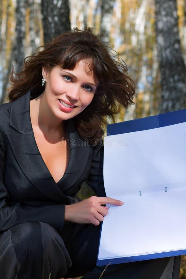 Giovane donna di affari con un dispositivo di piegatura. immagini stock libere da diritti