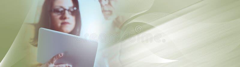 Giovane donna di affari ed uomo d'affari senior che lavorano insieme, effetto della luce Bandiera panoramica immagine stock