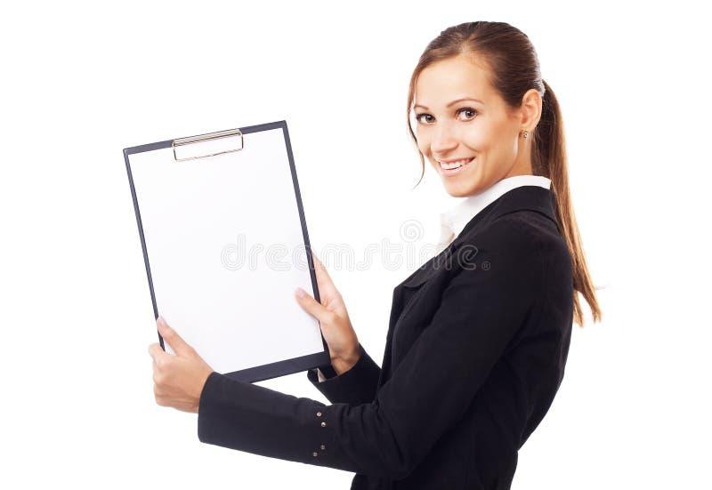 Giovane donna di affari felice che tiene documento in bianco sui appunti immagine stock libera da diritti