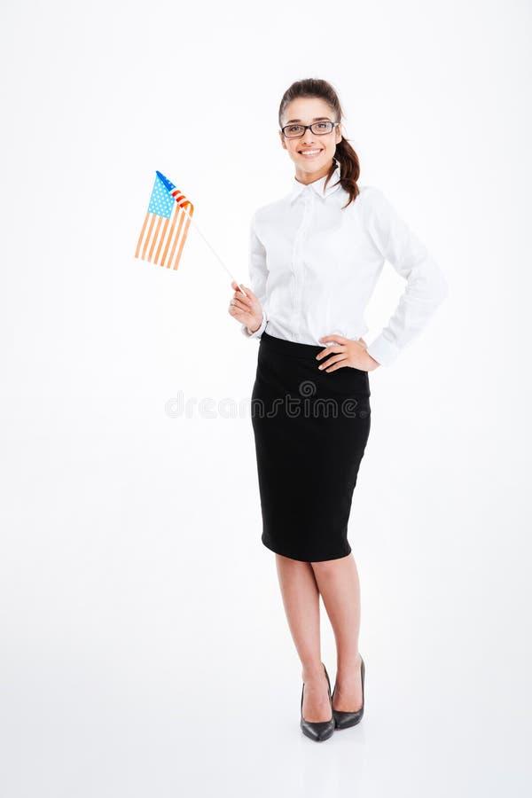 Giovane donna di affari felice che tiene la bandiera degli Stati Uniti d'America fotografie stock