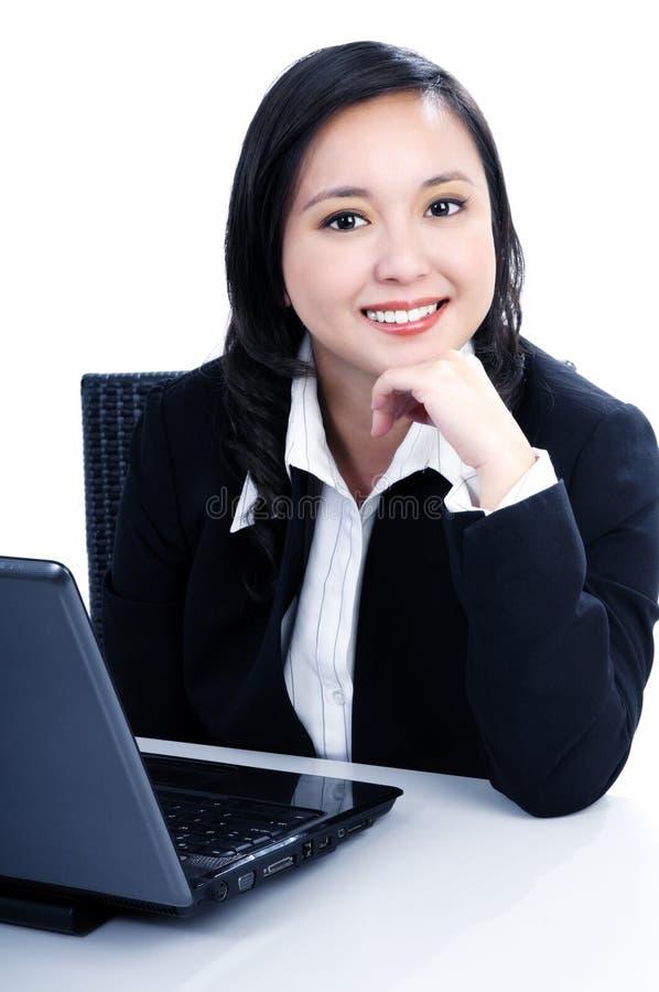 Giovane donna di affari felice con il computer portatile fotografie stock libere da diritti