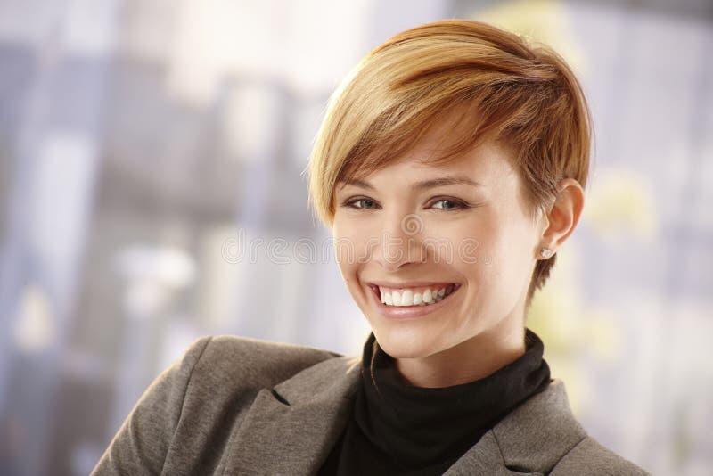 Giovane donna di affari felice nel sole di primavera immagini stock