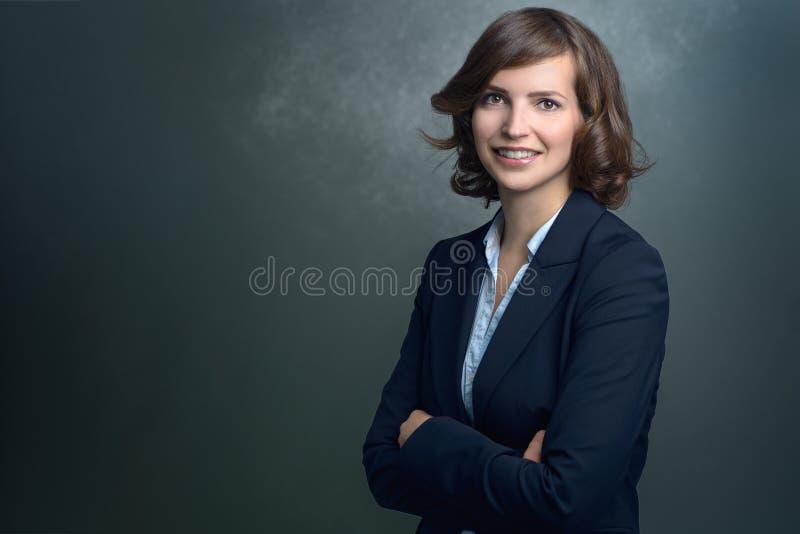 Giovane donna di affari felice Smiling alla macchina fotografica fotografia stock
