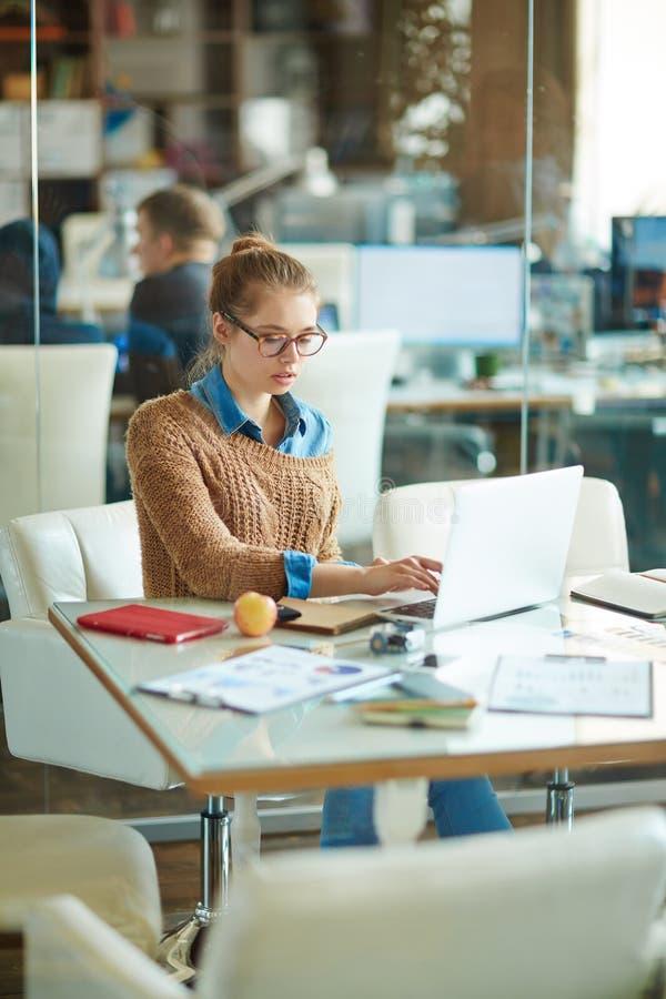 Giovane donna di affari Focused su lavoro fotografia stock