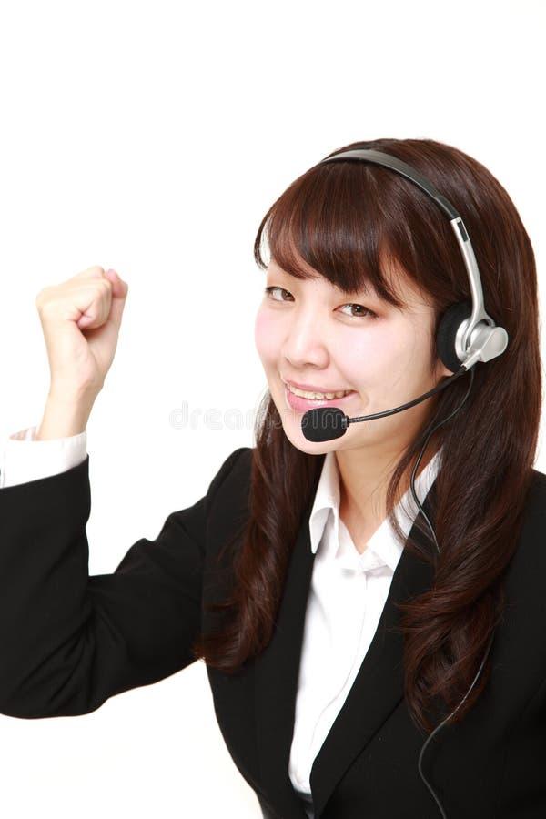 Giovane donna di affari giapponese della call center con gli insiemi capi immagini stock