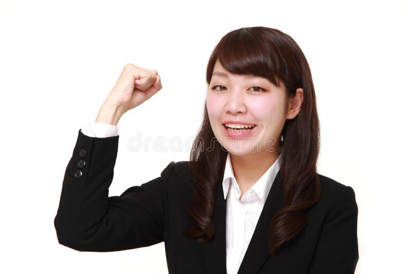 Giovane donna di affari giapponese in una posa di vittoria fotografia stock libera da diritti