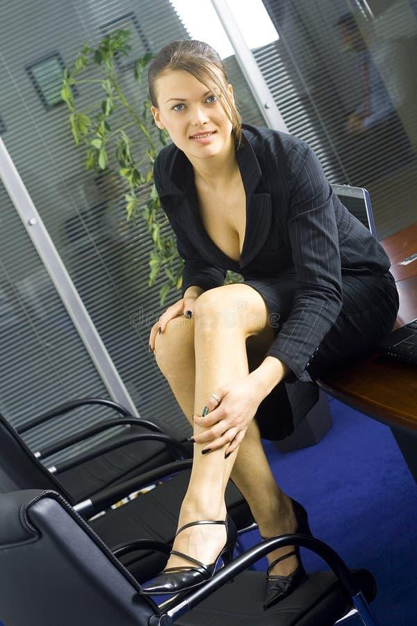 Giovane donna di affari matura che sta accanto ad una parete immagini stock