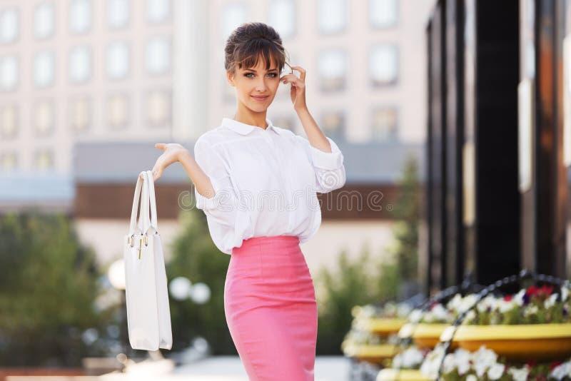 Giovane donna di affari di modo in camicia bianca e gonna rosa della matita fotografie stock