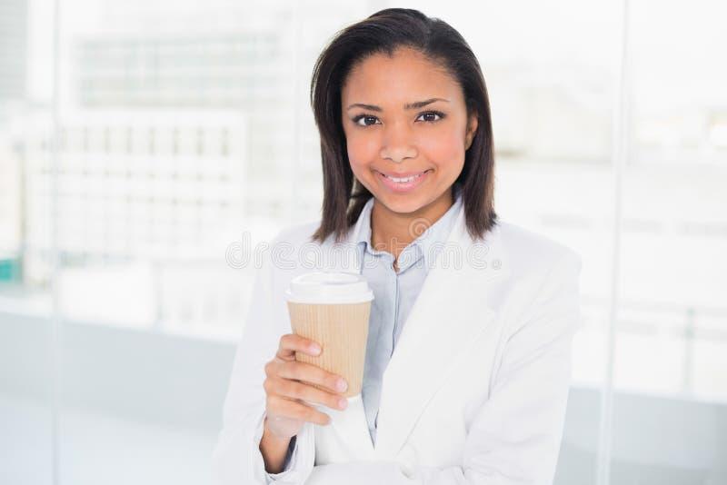 Giovane donna di affari mora adorabile che tiene una tazza di caffè immagini stock