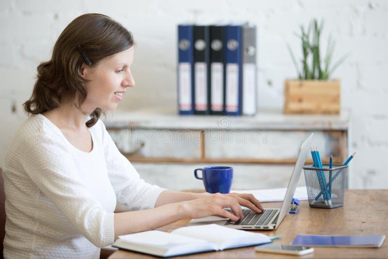 Giovane donna di affari nel luogo di lavoro immagine stock