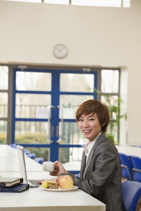 Giovane donna di affari nel self-service di società immagine stock