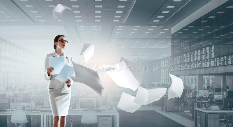 Giovane donna di affari nella stanza di lavoro immagini stock libere da diritti