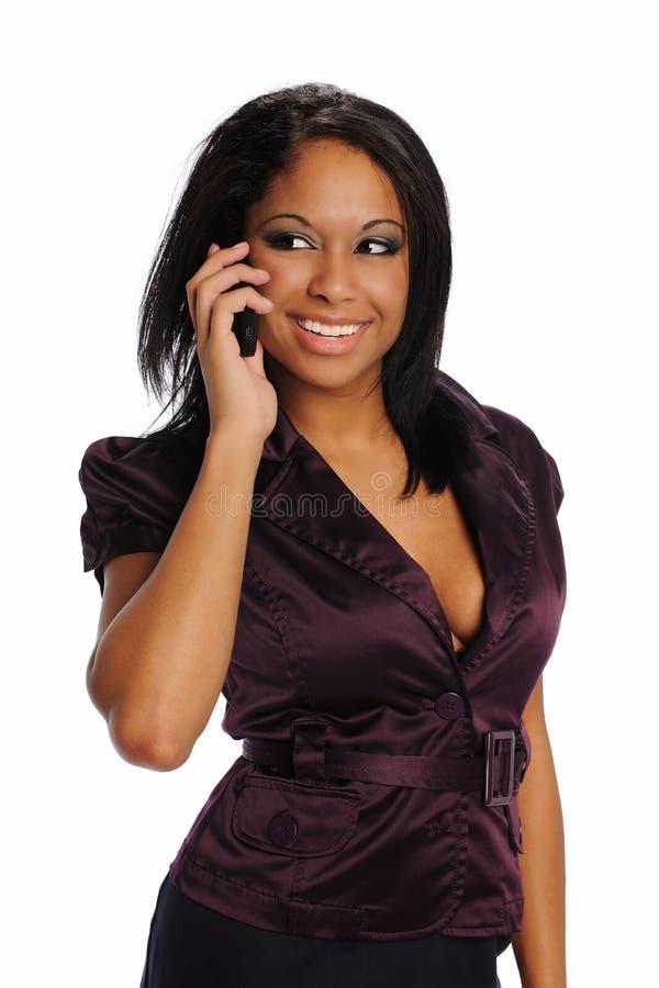 Giovane donna di affari nera sul telefono delle cellule fotografie stock libere da diritti