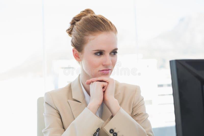 Giovane donna di affari preoccupata che esamina computer immagine stock libera da diritti
