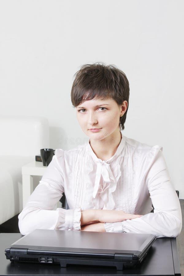 Giovane donna di affari serena fotografie stock libere da diritti