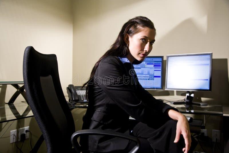 Giovane donna di affari seria immagini stock