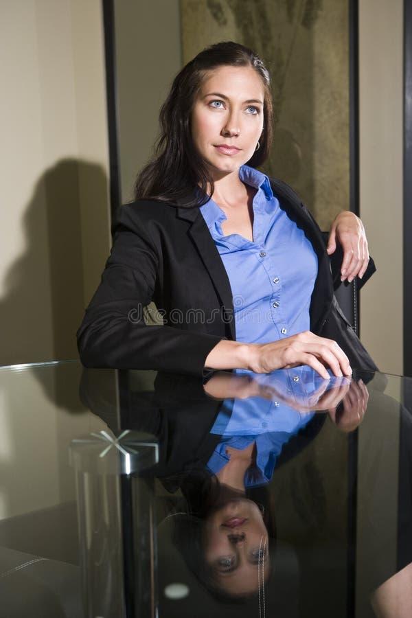 Giovane donna di affari sicura immagine stock libera da diritti