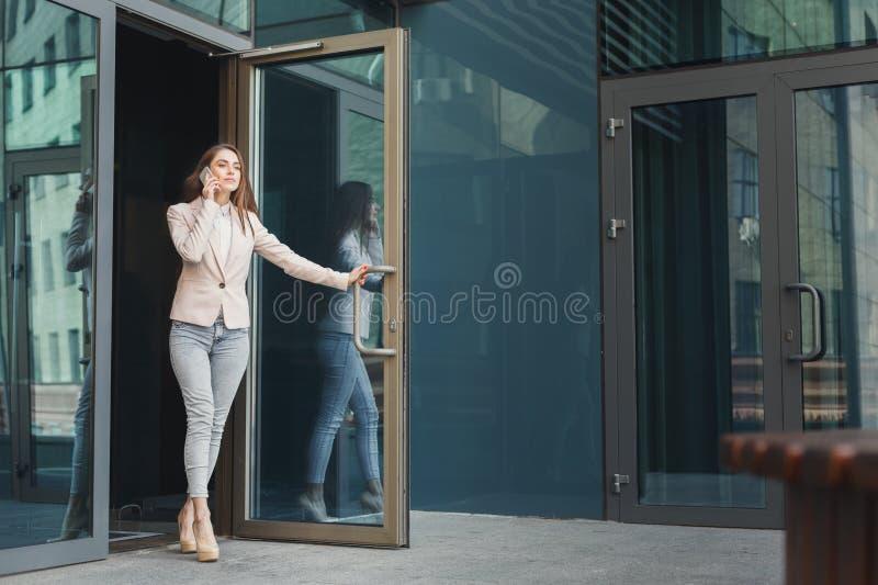 Giovane donna di affari sicura che parla sul cellulare fotografia stock libera da diritti
