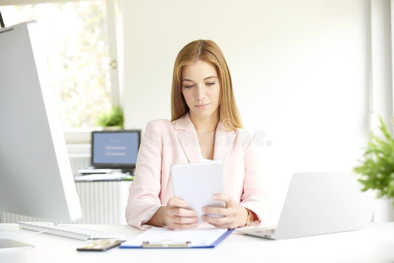Giovane donna di affari sicura con la compressa digitale fotografie stock