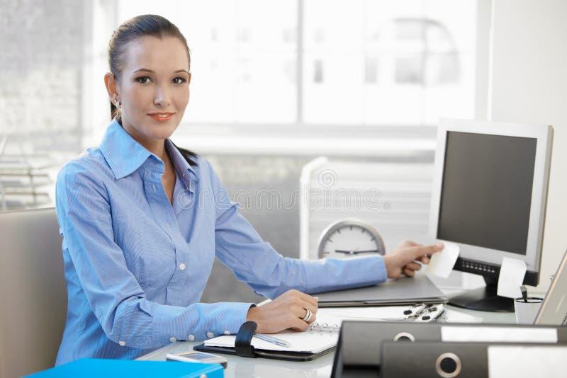 Giovane donna di affari sicura sul lavoro fotografie stock libere da diritti