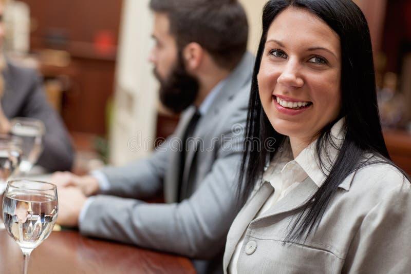 Giovane donna di affari sorridente immagini stock