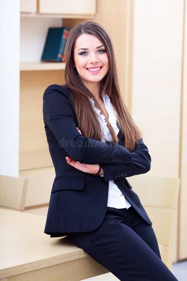 Giovane donna di affari in ufficio fotografia stock libera da diritti