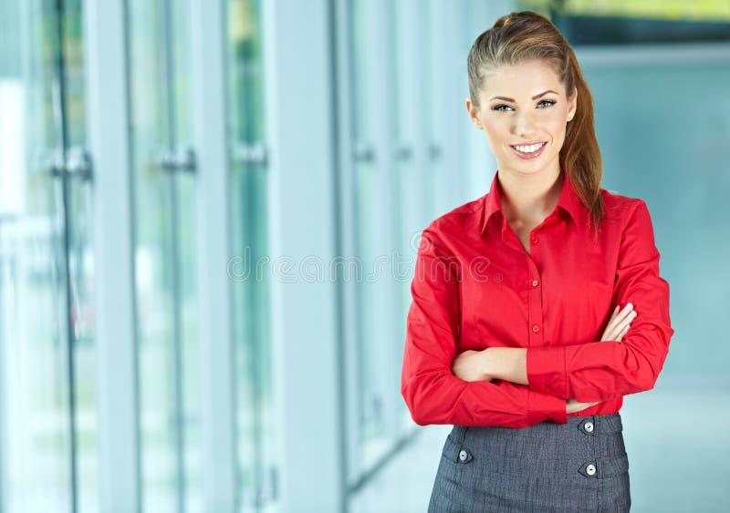 Giovane donna di affari in un ufficio fotografia stock