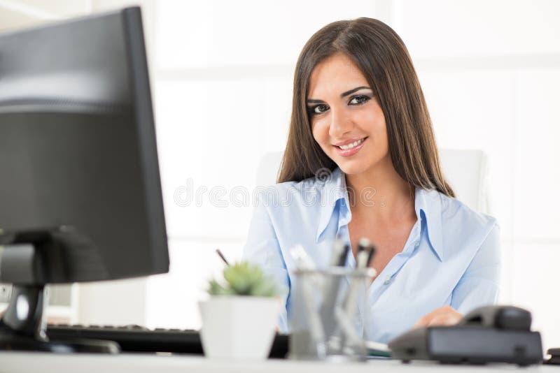 Giovane donna di affari At Workplace fotografie stock
