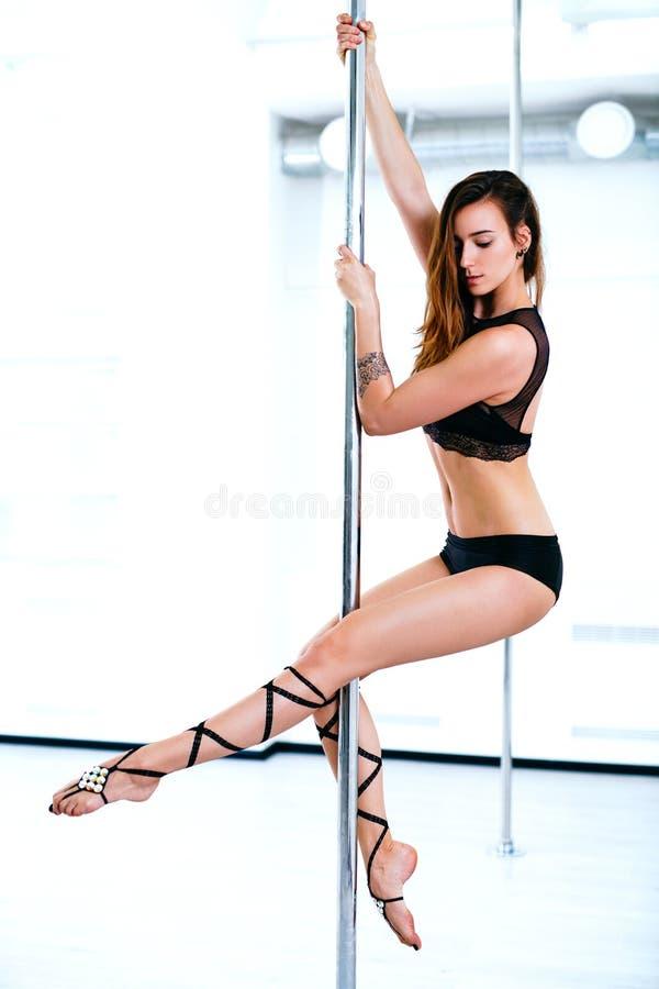Giovane donna di ballo del palo fotografia stock libera da diritti