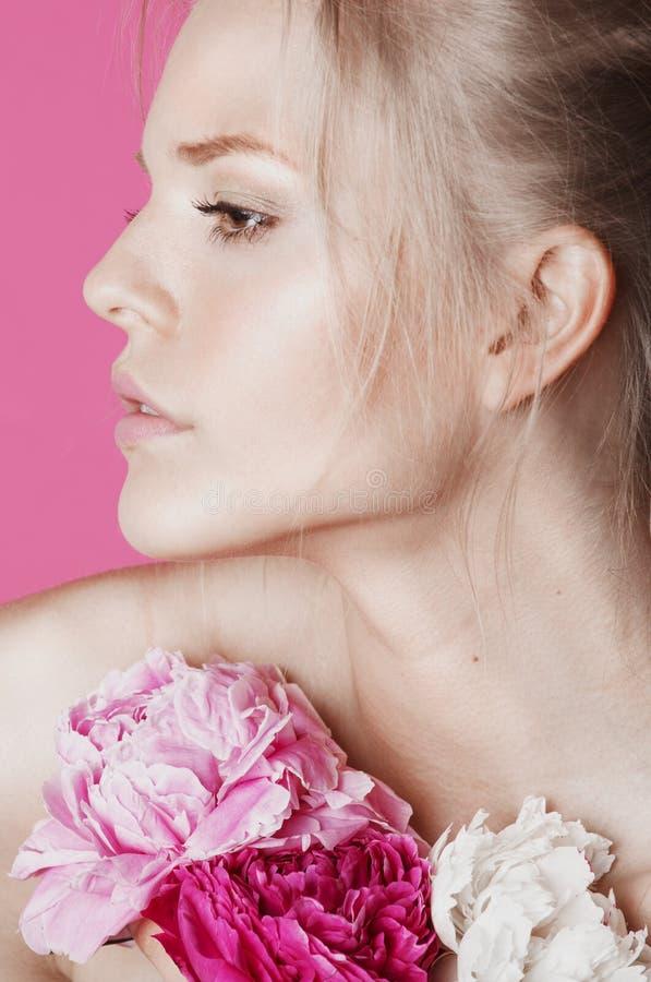 Download Giovane Donna Di Bellezza Con Il Primo Piano Di Rosa Della Peonia Del Fiore Fotografia Stock - Immagine di freddo, capelli: 56891762